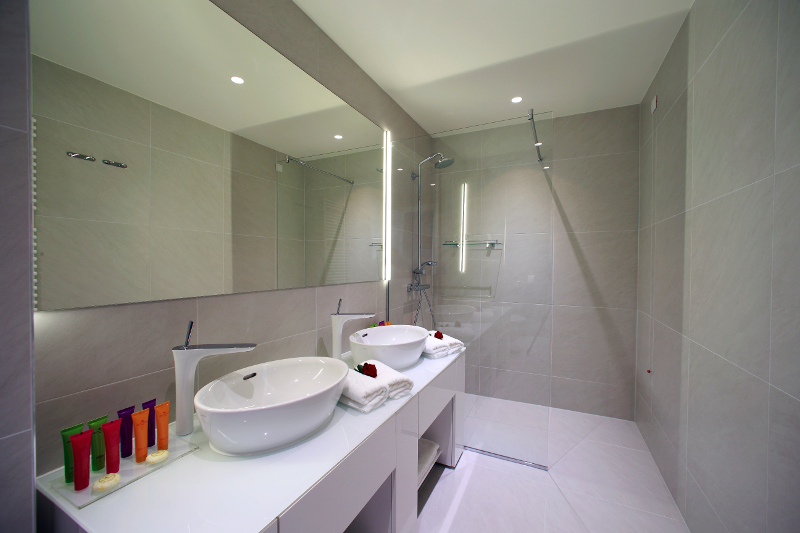 Moderno uređena kupaonica Boutique Hotela 9